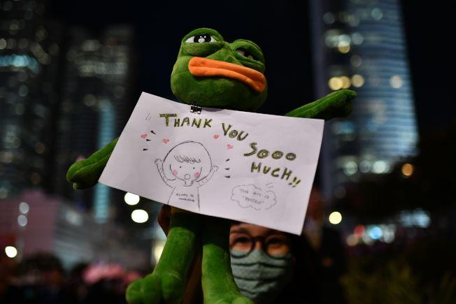 有人拿著標語,感謝美國川普總統。(Getty Images)
