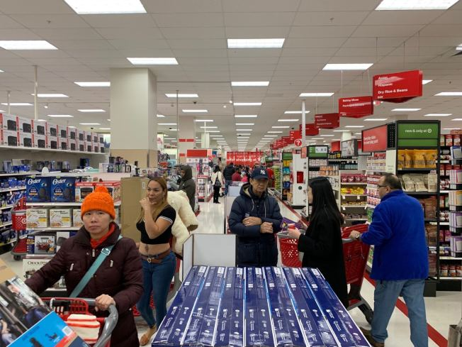 華人顧客稱,天景購物中心的目標折扣店在黑色星期五的平均等待時間在十分鐘左右。(記者牟蘭/攝影)