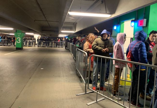 「黑色星期五」下午5時在天景購物中心的百思買登場。(記者牟蘭/攝影)