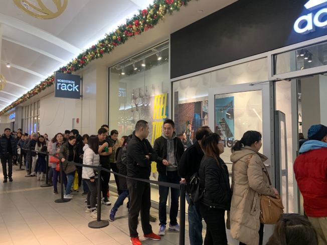 不少華裔民眾28日前往天景購物中心購物。(記者牟蘭/攝影)