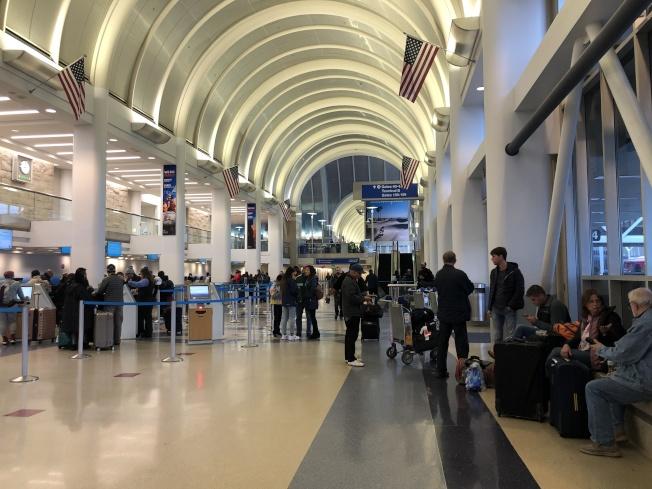 洛杉磯國際機場大廳感恩節當天出境旅客似乎較少了,但機場內交通堵塞依舊嚴重。(記者李雪/攝影)
