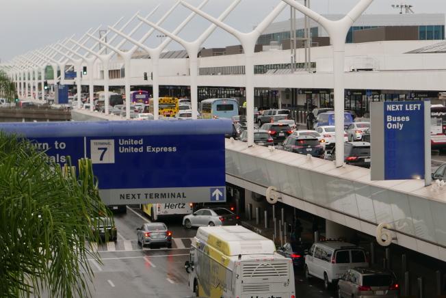 洛杉磯國際機場迎來節假日出行高峰。28日感恩節當天市區雖交通順暢,但機場內交通堵塞依舊嚴重。(記者李雪/攝影)