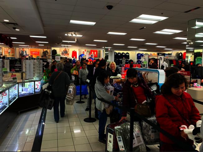 感恩節當晚商家剛開門,民眾已經在排隊了。(記者張越/攝影)