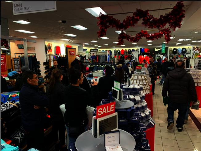 感恩節當晚商家甫開門營業,排隊隊伍已排到轉角。(記者張越/攝影)