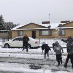 銀色感恩節 小孩、警員打雪仗