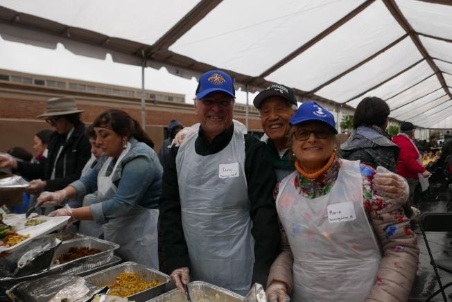 巴沙迪那市市長Terry Tornek、南巴市市長Marina Khubesrian、市議員周國康都一如往年,在現場擔任分發食物的志工工作。(記者李雪/攝影)