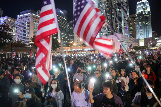 大批香港市民28日在中環愛丁堡廣場舉行《香港人權與民主法》感恩節集會,很多市民在集會上揮舞美國國旗,對美國表示感謝。(路透)