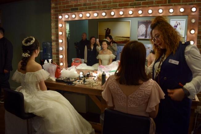 華社婚紗店在感恩節當天一早便開始忙碌。(記者顏潔恩/攝影)