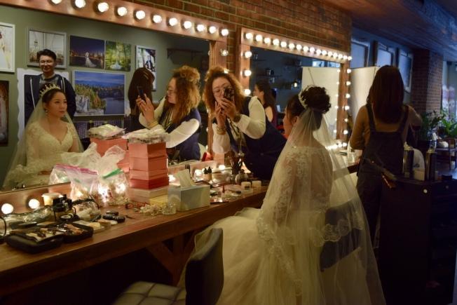 華社婚紗店感恩節當天一早便開始忙碌。(記者顏潔恩/攝影)