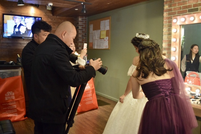 攝影師指導新娘和伴娘拍照。(記者顏潔恩/攝影)