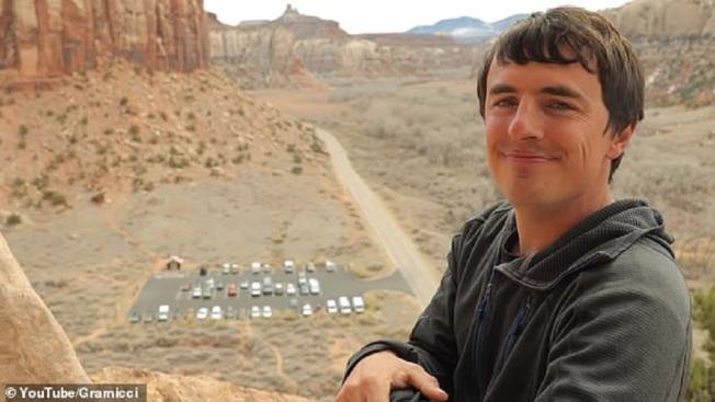 世界知名的美國徒手攀岩好手戈布萊特27日攀登墨西哥北部小波特雷羅山的光明之時,卻在斷壁下降途中,誤判繩索長度,忘記綁固定用繩結,慘摔約300公尺而死。取材自Daily Mail/YouTube/Gramicci