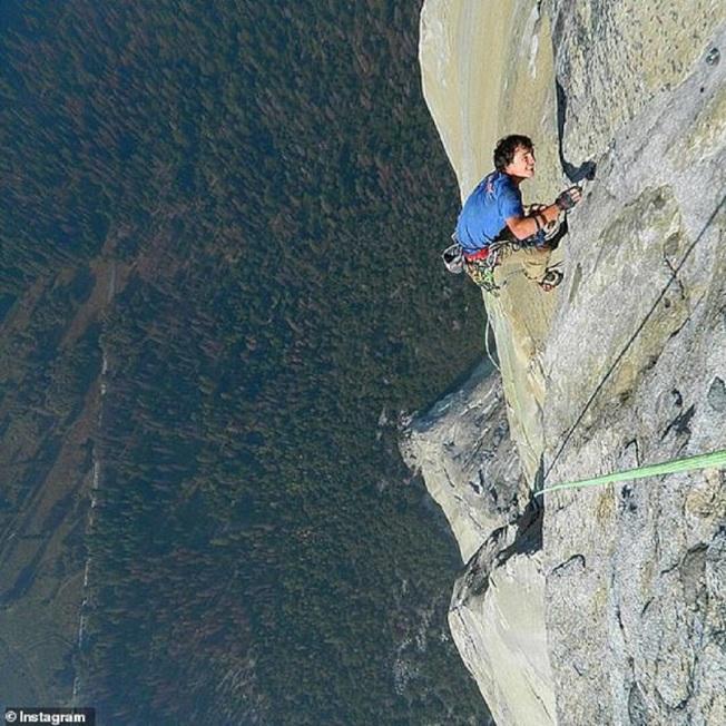 世界知名的美國徒手攀岩好手戈布萊特生前上傳IG的登山照。取材自Daily Mail