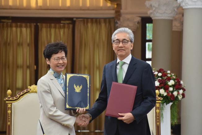 香港行政長官林鄭月娥(左)29日與泰國副總理宋奇(Somkid Jatusiptak)(右)會面,簽訂經濟領域相關的合作諒解備忘錄。中央社