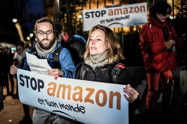 黑色星期五當天,法國示威者在亞馬遜總部前抗議過度消費主義以及亞馬遜在歐洲的擴張。(Getty Images)