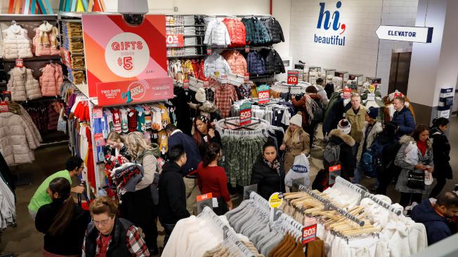 紐約時報廣場的Old Navy分店28日擠滿搶便宜的顧客。路透