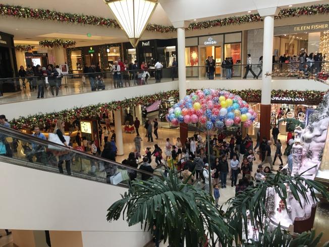 南海岸購物廣場購物人潮湧動。(記者王全秀子/攝影)