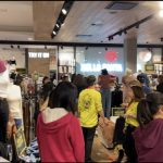 亞市購物中心 午後湧入人潮  停車位難求