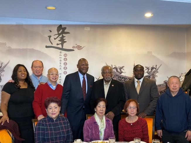 伊州第七區國會眾議員戴維斯(後排右三)陪同內維爾(後排右四)到華埠拜票。(特派員黃惠玲╱攝影)