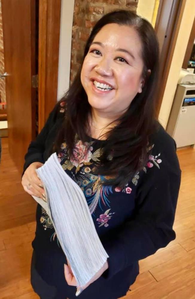 蕭愛萍獲得逾3000份簽名連署,可望順利參選庫克郡巡迴法院法官,她非常希望獲得華裔選民支持。(蕭愛萍提供)