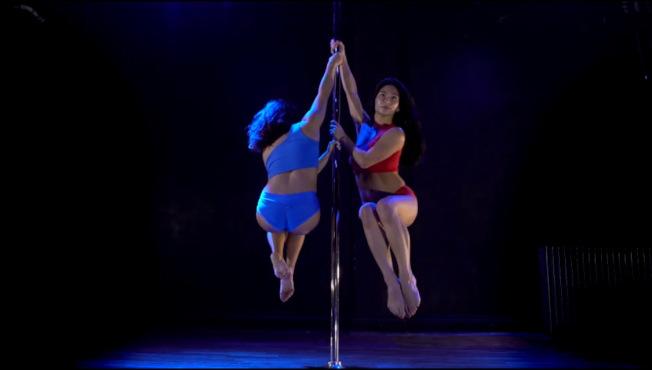 鋼管舞的兩手支撐是考驗舞者肌耐力的高難度動作。(周婉柔提供)