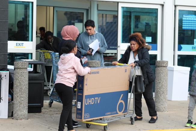 電視機等大型電器產品折扣大,大華府民眾紛紛在黑色星期五下手搶購。(記者張筠 / 攝影)
