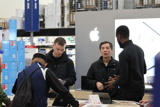 雖然蘋果官方在黑色星期五沒有折扣,但百思買等商店有多種促銷,吸引顧客體驗並購買。(記者張筠 / 攝影)