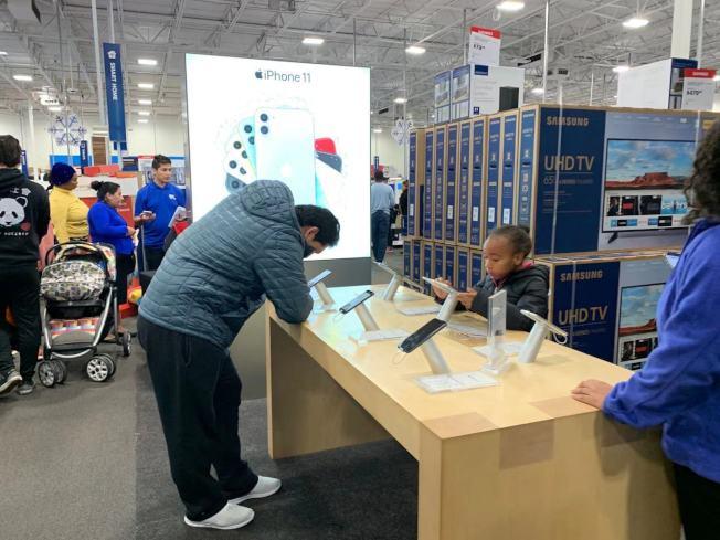 雖然蘋果官方在黑色星期五沒有折扣,但百思買等商店有多種促銷,因此吸引不同年齡段的顧客。(記者張筠 / 攝影)