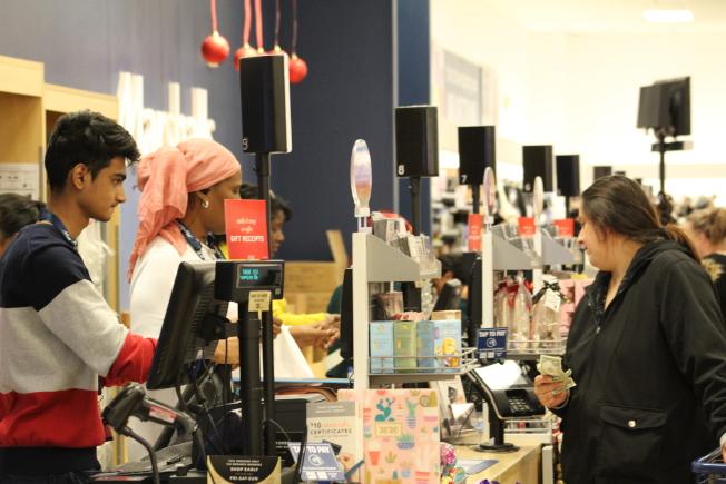根據全國零售聯盟預測的數據,網購和實體店銷量將分別增長11%和14%。(記者張筠 / 攝影)