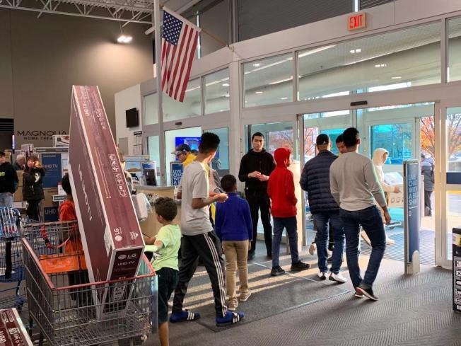 顧客太多導致百思買商店門口檢查收據的工作人員一度不夠。(記者張筠 / 攝影)