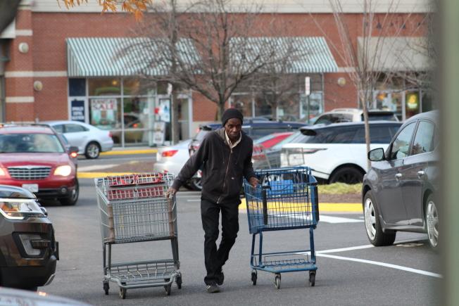 大華府許多商場購物車被搶空。(記者張筠 / 攝影)