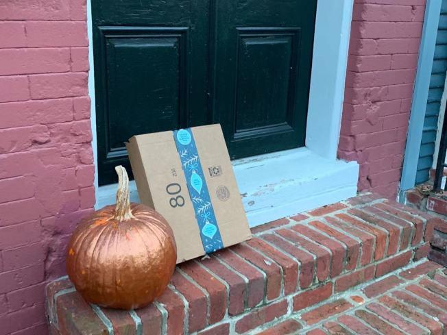 購物旺季包裹被偷的事件頻頻發生,維州警方提醒民眾多加防範,將包裹寄到公司或自行取貨,避免包裹被偷損失慘重。(記者張筠 / 攝影)