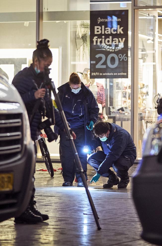 荷蘭警方29日晚在海牙購物鬧區大市場購物街的現場偵調多人被刺事件。(美聯社)