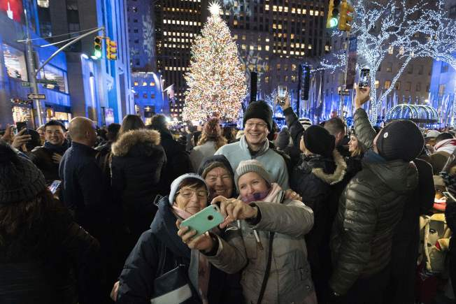 紐約市洛克斐勒中心一帶29日開始封街,暫時成為步行區,以便利湧來觀賞洛克斐勒中心著名的耶誕樹的人群。(Getty Images)