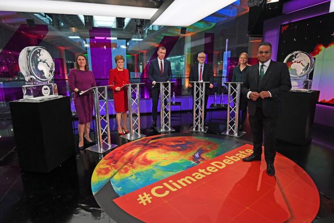 辯論主持人古魯-莫西(右)指出,放上冰雕不只是要提醒觀眾,有兩位政黨領袖缺席辯論,也要凸顯全球政治人物未能及時減少溫室氣體排放,導致溫度持續上升。(路透)