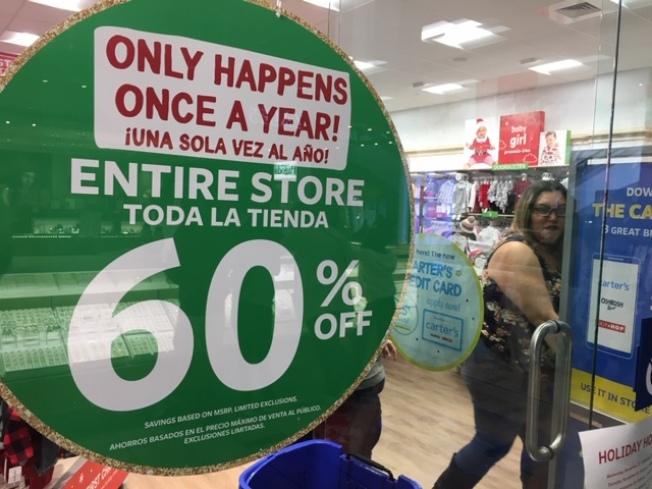 「60%折扣,一年祇有一次!」商家以醒目的廣告鼓動黑五買氣。(記者楊青/攝影)