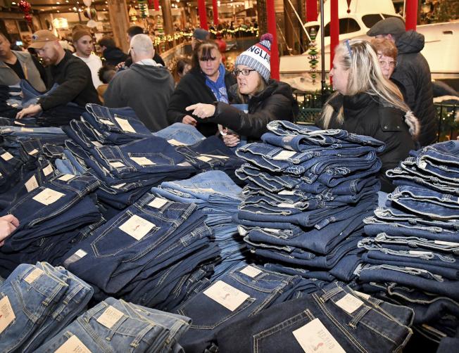 麻州Foxboro的一家服飾中心,29日擠滿購物人潮。(美聯社)