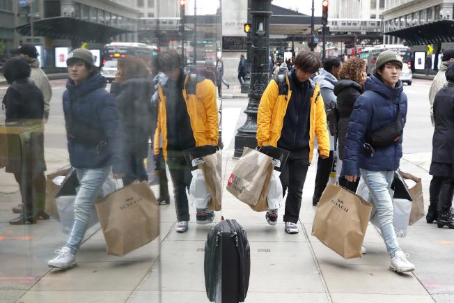 芝加哥亞裔購物者也是大包小包的採購。(美聯社)