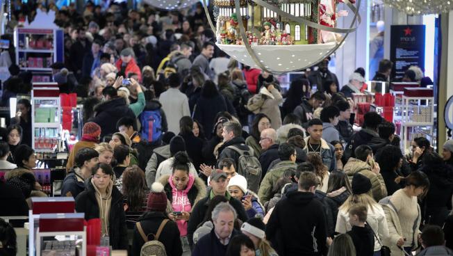 紐約市梅西百貨29日消費者人山人海。(美聯社)
