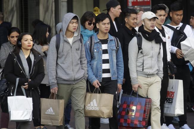 在舊金山的消費者29日利用「黑色星期五」購物,大包小包帶回家。(Getty Images)