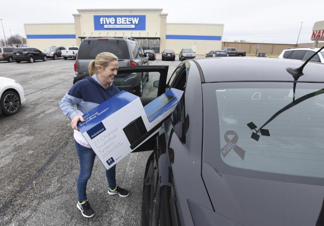 肯塔基州購物中心消費者開心購物回家。(美聯社)