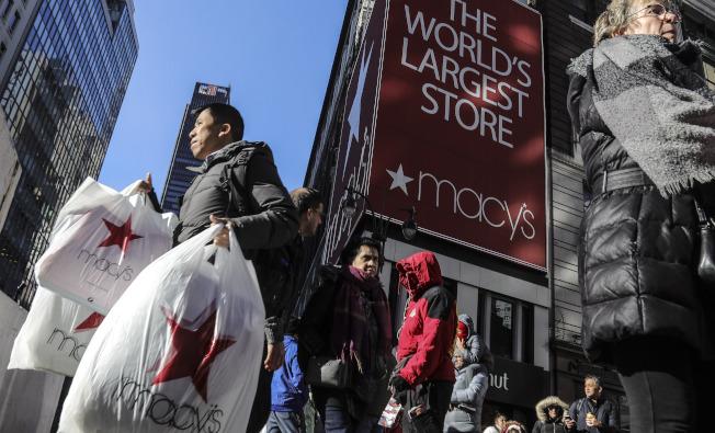 紐約市梅西百貨29日消費者搶購折扣商品。(美聯社)