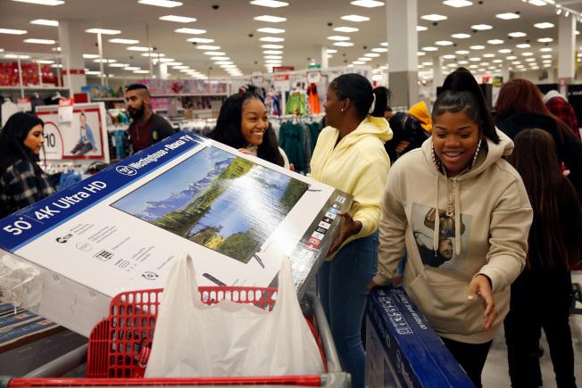 加州Carson市消費者購到心愛的折價家電品,非常開心。(TNS)