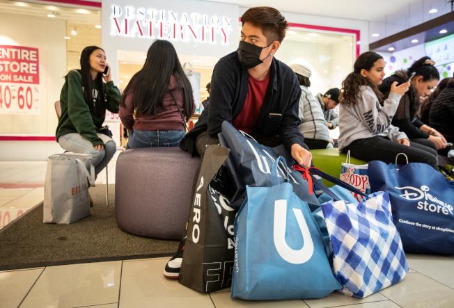 加州Glendale市購物中心的消費者大包小包在休息。(TNS)