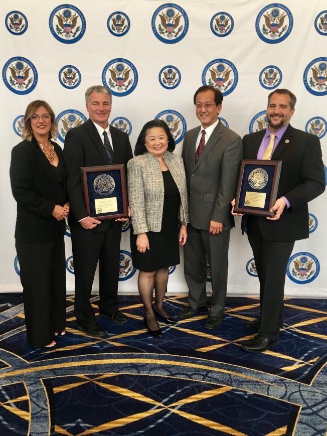 ABC聯合學區教育總監蕭麗卿(中)和教委會主席Nishii(右二)以及獲獎學校校長和教師出席全國藍絲帶獎頒獎典禮。(ABC學區提供)