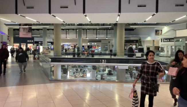 黑五購物節凌晨開幕,大雨低溫使客流量少於往年一半。(記者王子銘/攝影)