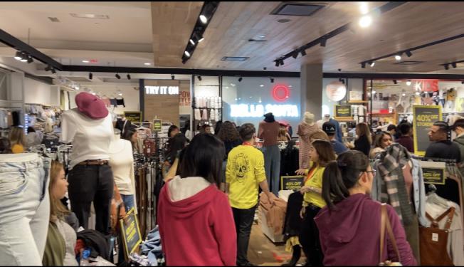 西野購物中心黑五日下午湧入購物人潮。(記者謝雨珊/攝影)