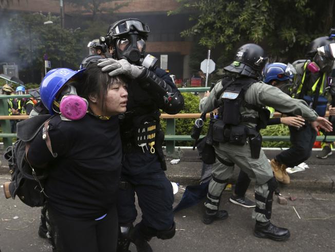 大學校園屢成為反送中示威重地,圖為港警18日在香港香港理工大學拘留示威者。(美聯社)