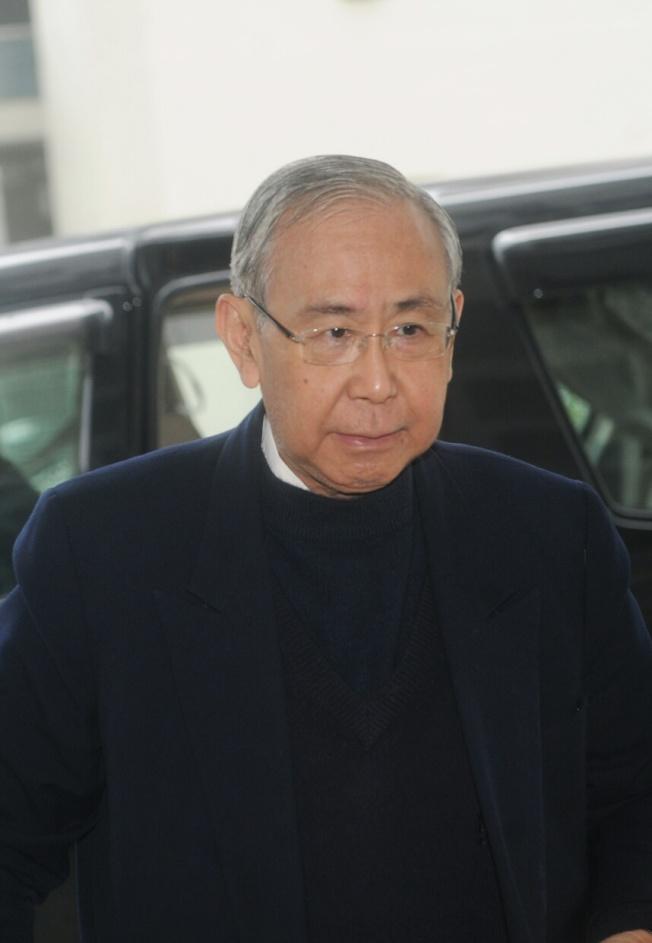 香港前政務司司長許仕仁將於12月中出獄,圖為他2014年11月到高等法院應訊。(中通社資料照片)