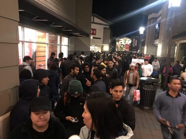 黑色星期五購物是許多民眾期待的感恩節傳統,雖然現場大排長龍,還是澆不熄民眾購物的熱情。(記者林亞歆/攝影)