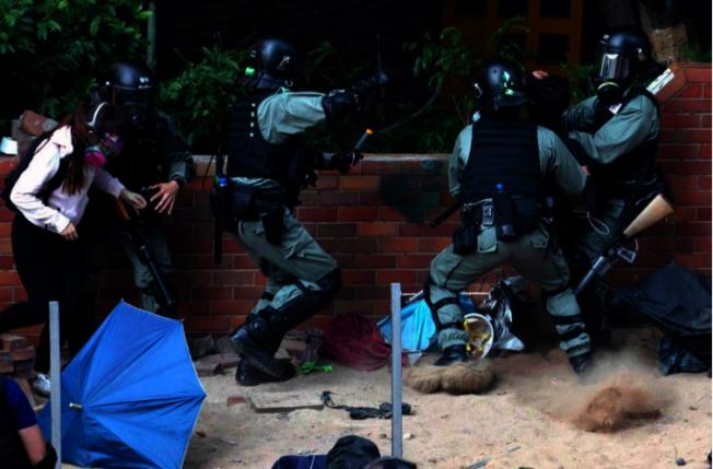 數千國際學者聯署,譴責港警未經允許進入校園暴力執法。 美聯社